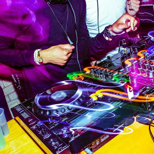 party dj in action 925x